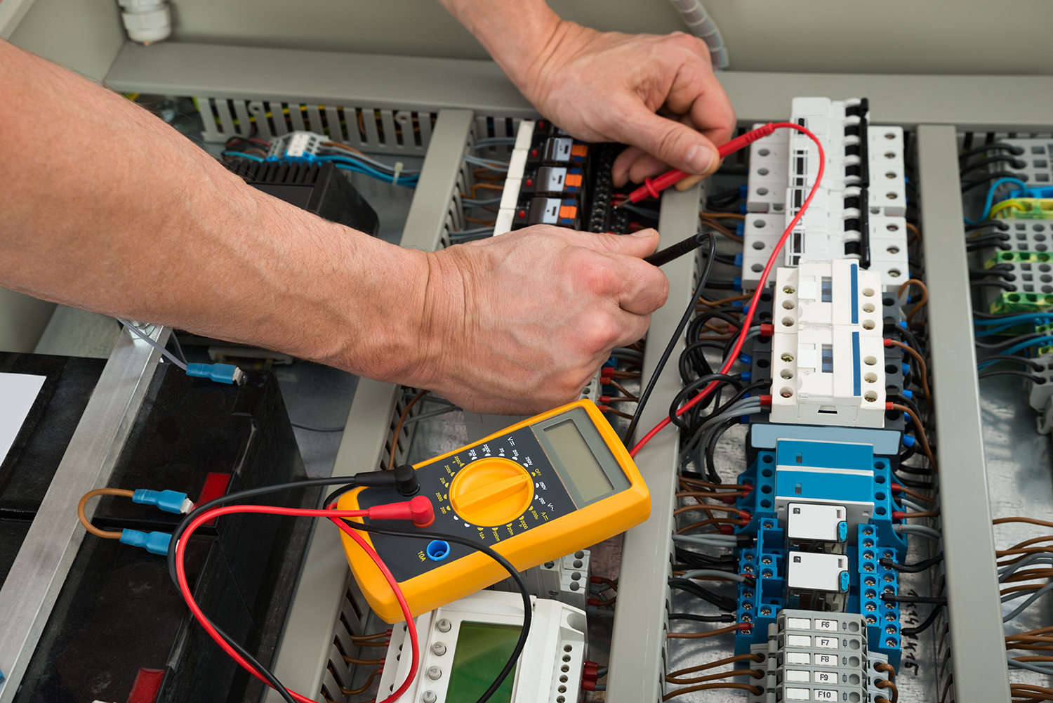 electrician checking a fuse box fiba elektrik. Black Bedroom Furniture Sets. Home Design Ideas